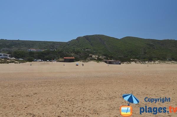 Parking et restaurant sur la plage de Salgado