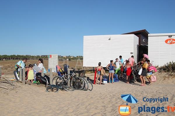 Parc à vélos sur la plage de Salgados à Albufeira