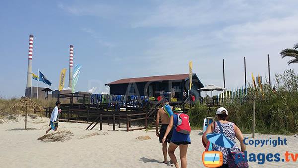 Ecole de surf et centrale thermique de la plage de Sao Torpes à Sines