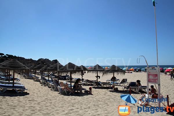 Chaises longues sur la plage de Tres Irmaos - Portimao