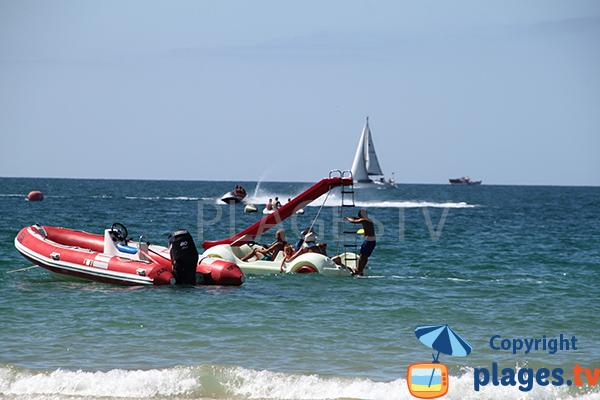 Sports nautiques sur la plage de Tres Irmaos - Portimao