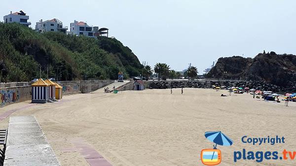 Cabines de bains sur la plage du centre de Sines