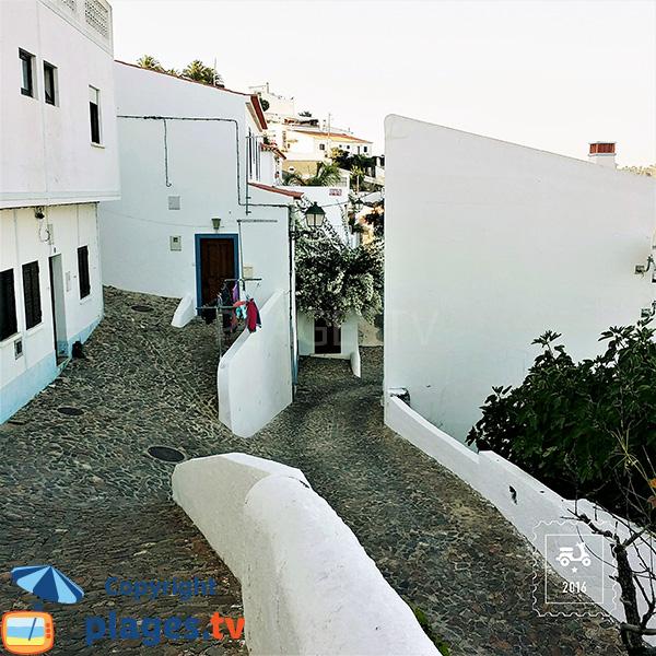 Ruelle avec des maisons blanches à Aljezur