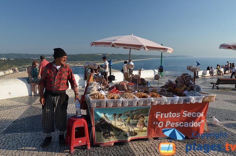 Vendeur portugais à Nazaré avec des habits typiques