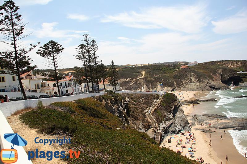 Village de Zambujeira au sud du Portugal avec ses plages